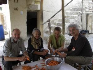 Middagsforberedeser sammen med noen hyggelig folk fra Sveits